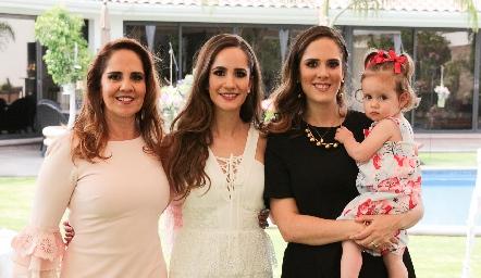 Cuatro generaciones, Gabriela Payán, Dany y Ana Gaby Mina y la pequeña Inés.