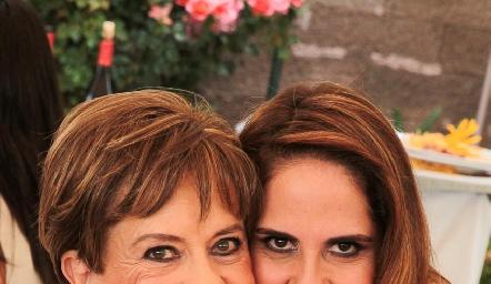 Yolanda Espinosa de Payán con su hija Gabriela Payán.