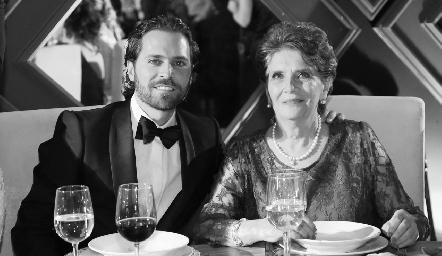 Javier De Antuñano con su mamá Pita Mier.
