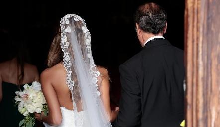 Daniela del brazo de su padre Marco Güemes.