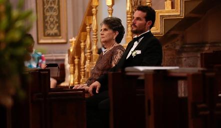 Pita Mier y Manuel De Antuñano, mamá y hermano del novio.