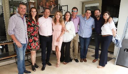Alejandro con sus amigos.