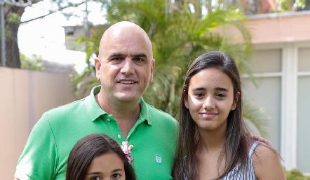 Edgar con sus hijas, Karinka, Ánika y Makaya.