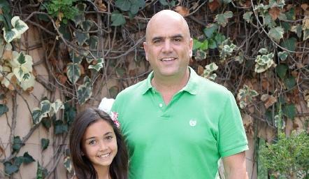 Edgar con su hija Ánika.