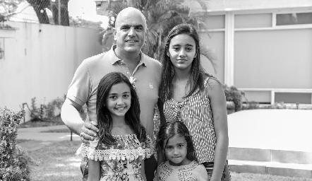 Edgar con sus hijas.