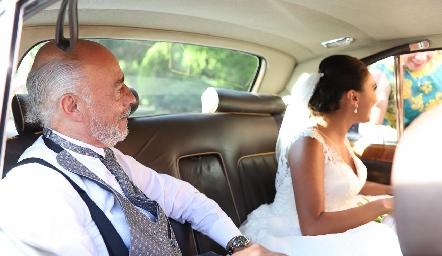Pamela llegando a la iglesia con su papá.