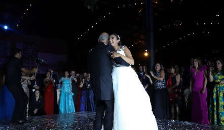 Pamela bailando con su papá.