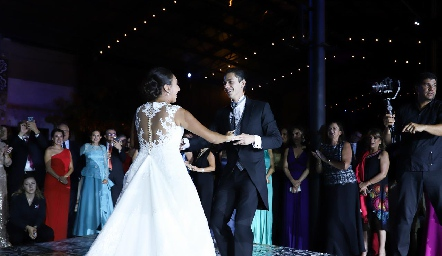 Pamela bailando con su hermano Toño.
