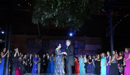 Guillermo bailando con su mamá.