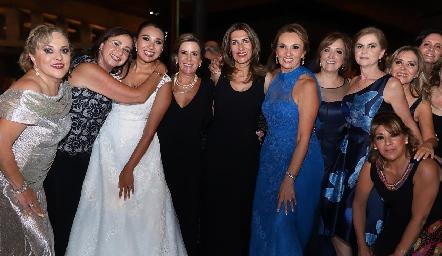 Pamela con su mamá y sus mejores amigas.