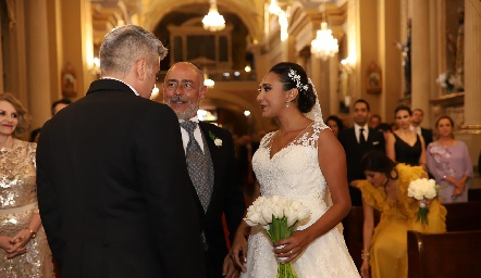Antonio Tomás Obrador entregando a su hija Pamela a su prometido Guillermo González.