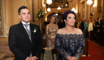Alejandro González y Elsa Medina, hermano y mamá del novio.