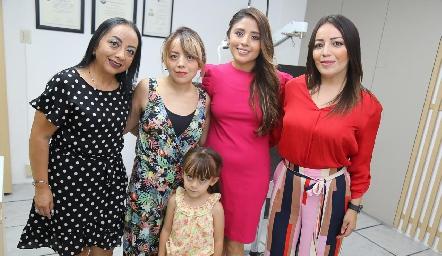 Lucero Castañón, Nelly Hernández, Mariana Escalante, Michelle Hernández y Nina.