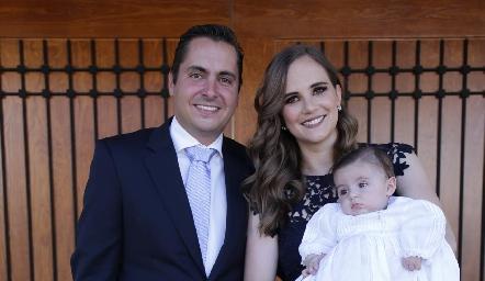 Carlos Almazán y Daniela Hernández de Almazán con su hijo Pablo.