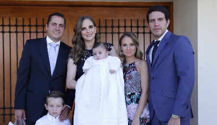 Pablo con sus papás Carlos Almazán y Daniela Hernández de Almazán y sus padrinos Paulina López de Lomelí y Alejandro Lomelí.
