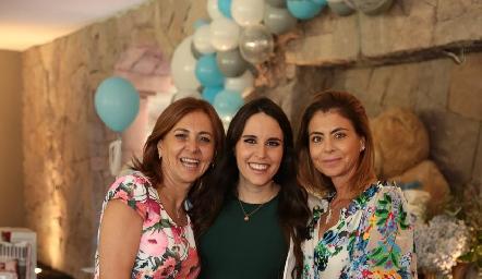La futura mamá, con las futuras abuelas, Liliana Botino de Rodríguez y Claudia Anaya de Oliva.
