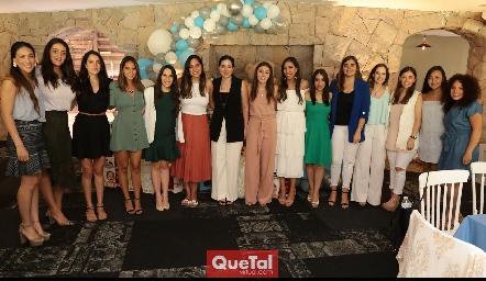Luciana con sus amigas.