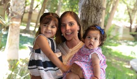 Marí José Torrescano y sus hijas.