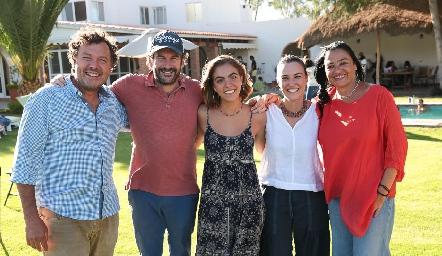 María Ovalle con sus papás.