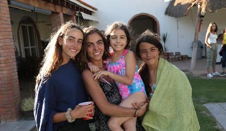 Las hermanas, Inés, María Carmina y Manuela.