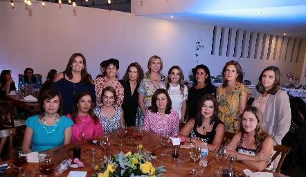 Ana Gaby con amigas de su suegra.
