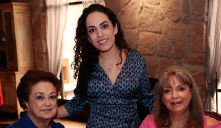 Ale con sus abuelitas, María Teresa Espinosa y Elena Fernández.