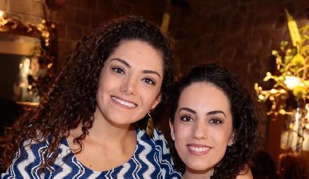 Ale con su hermana, Paola Zepeda.