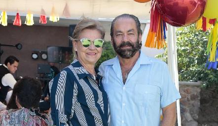 Óscar Torres Corzo con su esposa, Mónica Labastida.