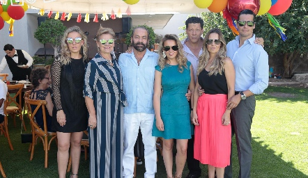 Óscar Torres Corzo con su esposa, hijas y yernos.