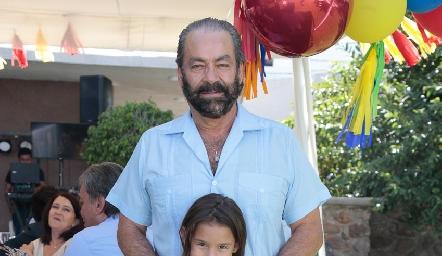 Óscar con su nieta, Alexia Zapata Torres.