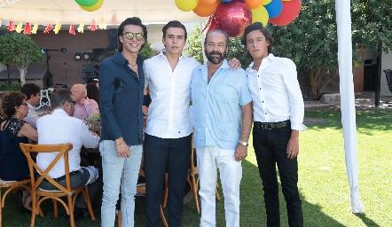 Óscar Torres Corzo con sus nietos, Jaime, Óscar y Juan Pablo Ruiz Torres.