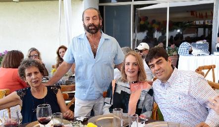 Carmela, Óscar,  Claudia y Luis Torres.