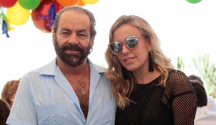 Óscar con su hija, Mónica Torres.
