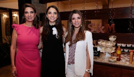 Sofía con su mamá, Lourdes Vázquez de Álvarez y su hermana, Isa Álvarez.