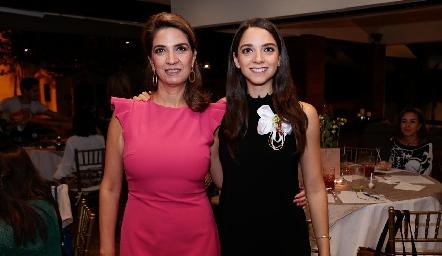 Sofía con su mamá, Lourdes Vázquez de Álvarez.