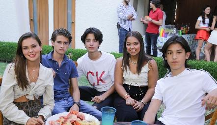 Ana Pau con sus amigos.