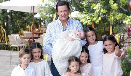 Carlos López con todos sus nietos.
