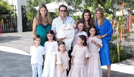 Carlos López con sus hijas María José, Sofía y Lu, y sus nietos.