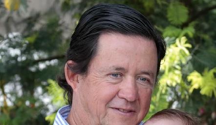 Carlos López con su nieta, Sofía.