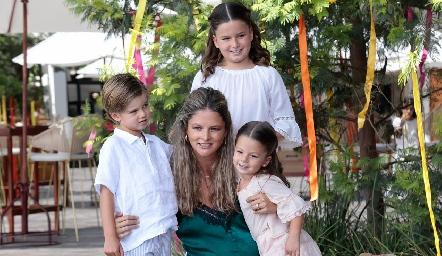 María José López con sus hijos.