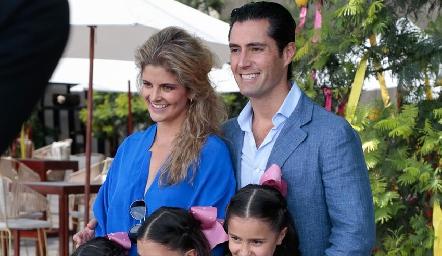 Lourdes López y Rafael Lebrija con sus hijas.