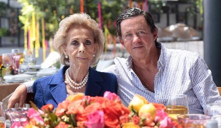 Concha Medina de López con su hijo Carlos López.