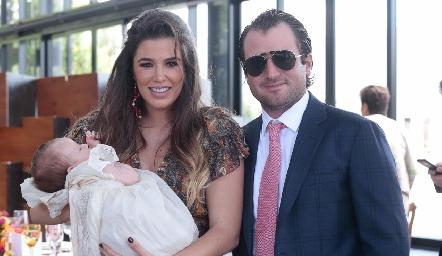 Sofía con sus papás, Sofía López de Pérez y Óscar Pérez.