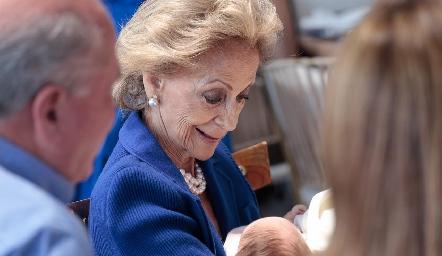 Concha Medina de López feliz con su bisnieta Sofía.