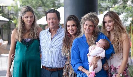 Carlos López con sus hijas María José, Sofía, Lu y Ana Paula y su nieta Sofía.