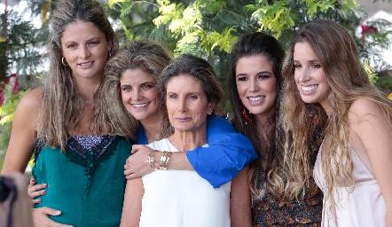 Lourdes Herrera de López con sus hijas, María José, Lu, Sofía y Ana Paula.