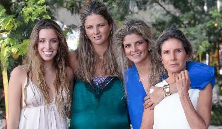 Ana Paula, María José y Lu López con su mamá Lourdes Herrera.