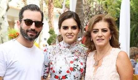 Joaquín y Adriana Olmos con su mamá Adriana Carrera.