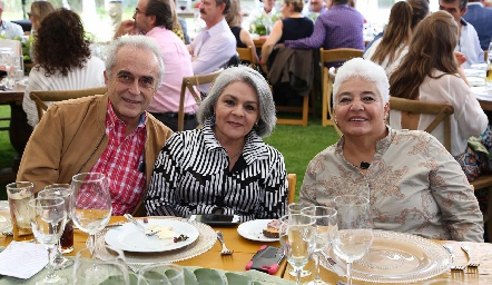 Víctor Mayagoitia, Magda y Molly Carrera.