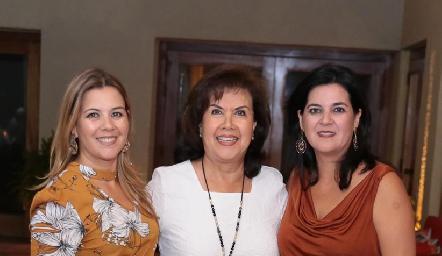 María Eugenia Plascencia con sus hijas Leticia y Cynthia Sánchez Plascencia.